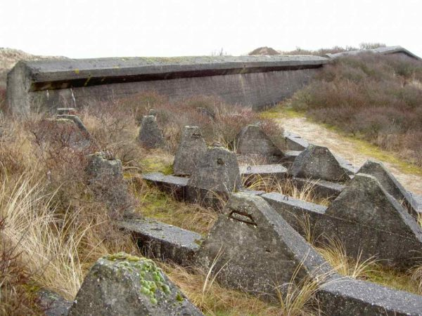 Festung IJmuiden-Anti-tank-obstacle-(Höcker)